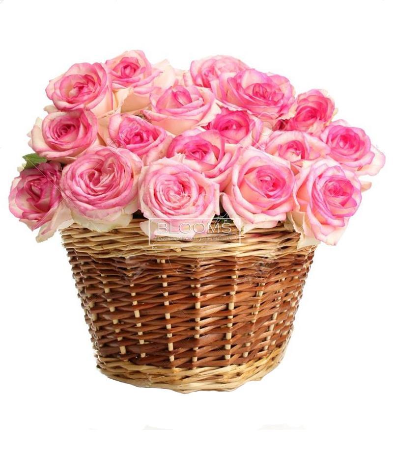 25 ვარდისფერი ვარდის კომპოზიცია კალათში